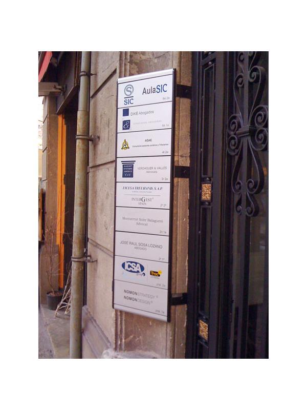 Directorios señalización - Los rótulos directorios de señalización personalizados se utilizan en muchos lugares como centros comerciales, edificios de oficinas, aeropuertos, consulotrios médicos, etc.  El propósito de este tipo de señal es proporcionar información de ubicación para el visitante como la localización de una empresa, un despacho o un departamento.